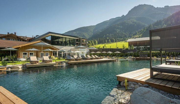 Hotel mit Badeteich